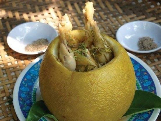 Gà hấp bưởi món ăn tuy không cầu kỳ nhưng lại có hương vị thơm ngon, khó lẫn.