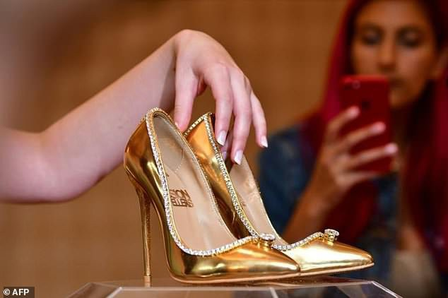 Đây là đôi giày đắt nhất thế giới tính đến thời điểm hiện tại. (Ảnh: AFP)