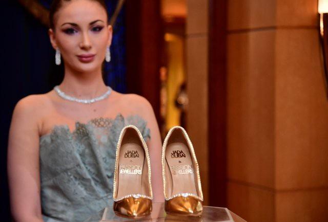 Đôi giày được gắn hàng trăm viên kim cương. (Ảnh: Dailymail)