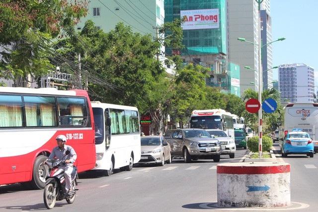 Những ngày cuối tuần, lượng phương tiện trên đường Trần Phú tăng đột biến, trong đó đa phần là ô tô chở du khách