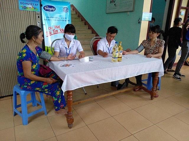 Người dân được khám sàng lọc, tư vấn sức khỏe tim mạch miễn phí.  (Ảnh: Báo QB)