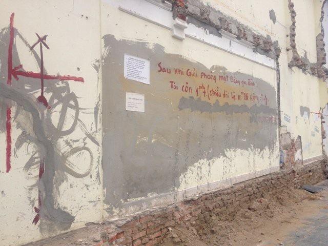 Bức tường có diện tích 1,7m2 được rao bán với giá 1 tỷ đồng trên đường Nguyễn Văn Huyên kéo dài.