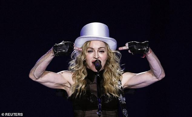 Nữ ca sĩ Madonna biểu diễn trên sân khấu.