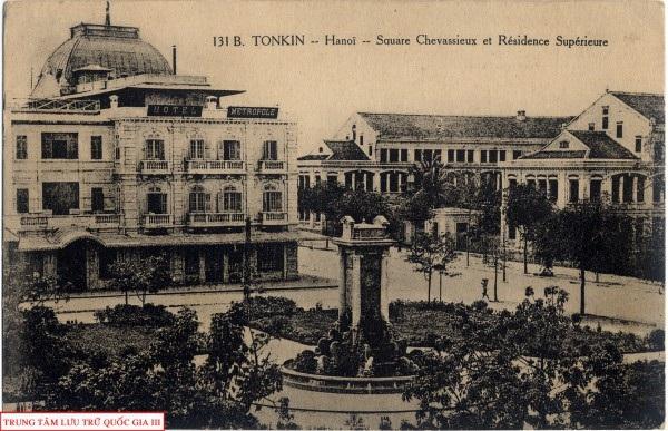 Quảng trường Chavassieux (nay là vườn hoa Diên Hồng) và phủ Thống sứ Bắc Kì. Ảnh: Trung tâm Lưu trữ quốc gia I.
