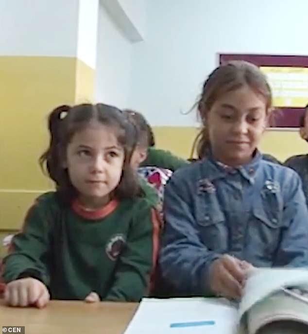 Cô bé Halime Cuma (phải) hiện đã được nhận vào học tại một trường địa phương.