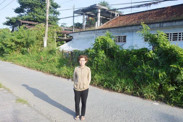 Bà Châu Thị Yến Nhi trước phần đất đang khiếu nại đòi lại cho gia đình mình.