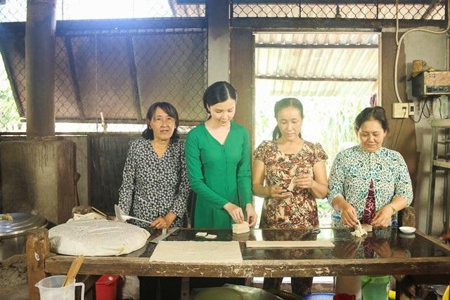 Hoa khôi Thúy Vi tập làm bánh với các cô ở quê.