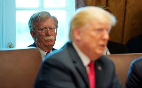 Cố vấn an ninh quốc gia Mỹ John Bolton (sau) đang đóng vai trò chủ chốt trong việc thuyết phục ông Trump có cách tiếp cận cứng rắn hơn với Trung Quốc. (Ảnh minh họa: Reuters)