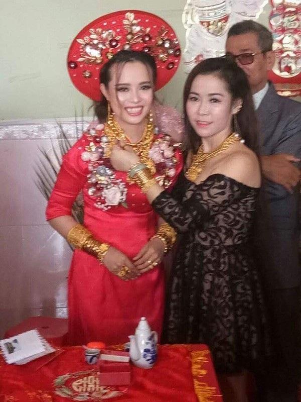Cô dâu Huyền Linh rạng rỡ nhận quà chúc phúc từ mọi người
