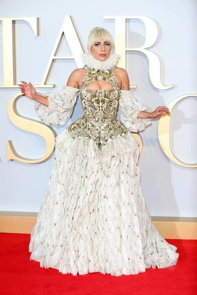 Bộ phim A Star Is Born kể về câu chuyện tình buồn và lãng mạn bi thảm của nhạc sĩ Jackson Maine (Bradley Cooper thủ vai), người đã phát hiện ra nữ ca sĩ Ally (Lady Gaga thủ vai). Tuy nhiên, khi Ally tìm thấy danh tiếng, mối quan hệ của cô và người yêu trở nên mâu thuẫn nặng nề
