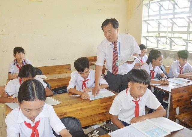 Thầy Bình trong một tiết dạy học sinh.