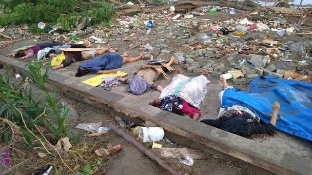 Thi thể của các nạn nhân nằm rải rác trên bãi biển. Nhiều thi thể được tìm thấy bên dưới những đống đổ nát tại các tòa nhà.