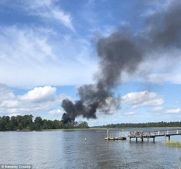 Cột khói bốc lên từ vị trí máy bay F-35B rơi (Ảnh: Kensley Crosby)