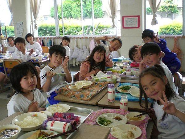 Chương trình sữa học đường được thực hiện từ rất sớm tại nhiều nước, trong đó có Nhật Bản.