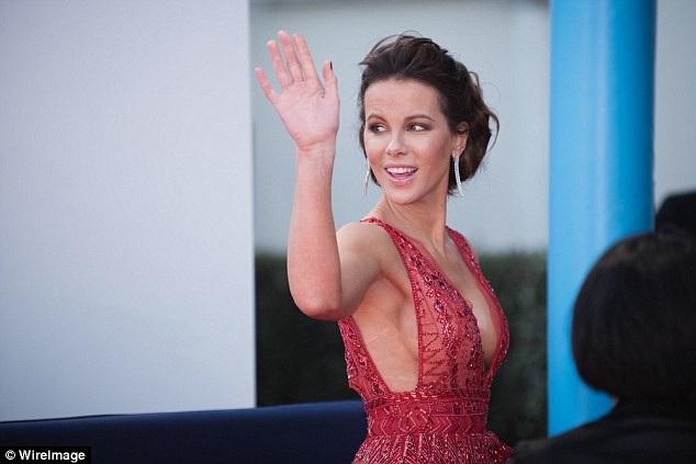 Nữ diễn viên phim Thế giới ngầm tươi tắn vẫy chào fans