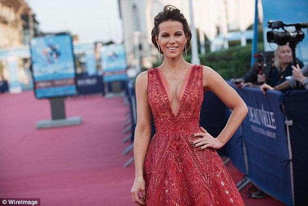 Kate Beckinsale thu hút sự chú ý của phóng viên ảnh