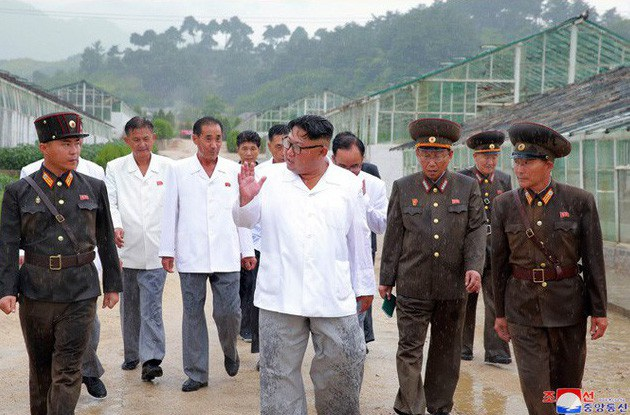 Ông Kim Jong-un đội mưa thị sát khu vực suối nước nóng ở thị trấn Yangdok, Nam Pyongan, Triều Tiên. (Ảnh: KCNA)