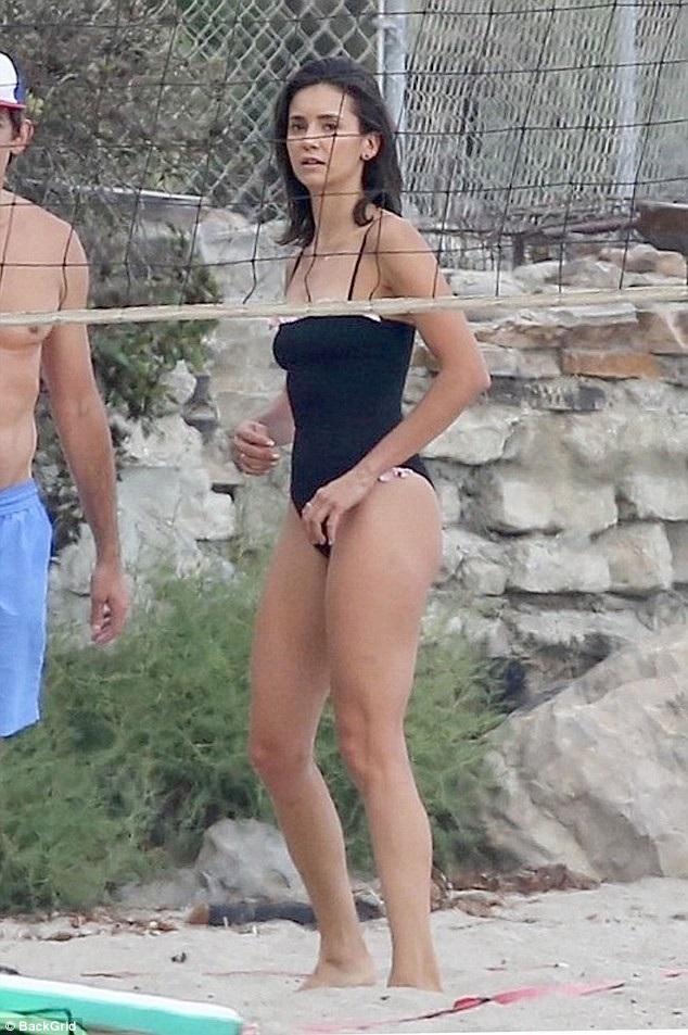 Cô vui đùa cùng các bạn trên bãi biển