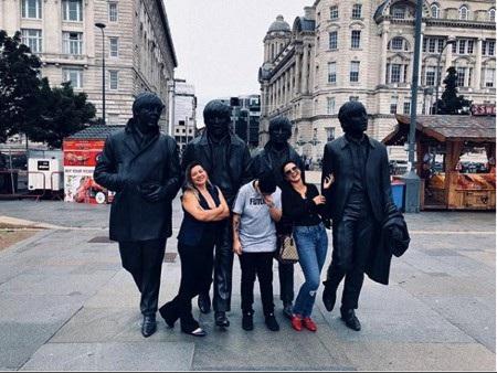 Bà xã Fabinho vui vẻ đi thăm thú Liverpool