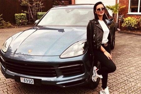 Bà xã Fabinho khoe thần thái hút hồn bên cạnh chiếc siêu xe
