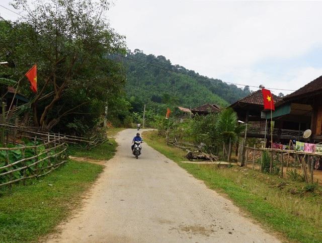 Đường giao thông bê tông được mở đến tận thôn bản ở huyện Quế Phong, tạo điều kiện thuận tiện trong đi lại, thông thương trao đổi hàng hóa