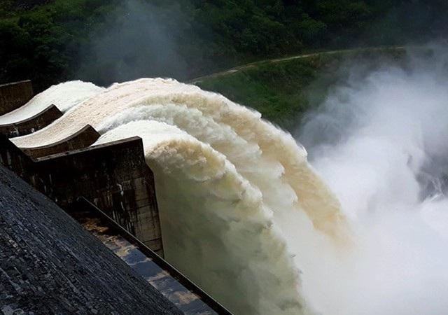 Thủy điện xả lũ để đảm bảo an toàn cho công trình (ảnh P.H)