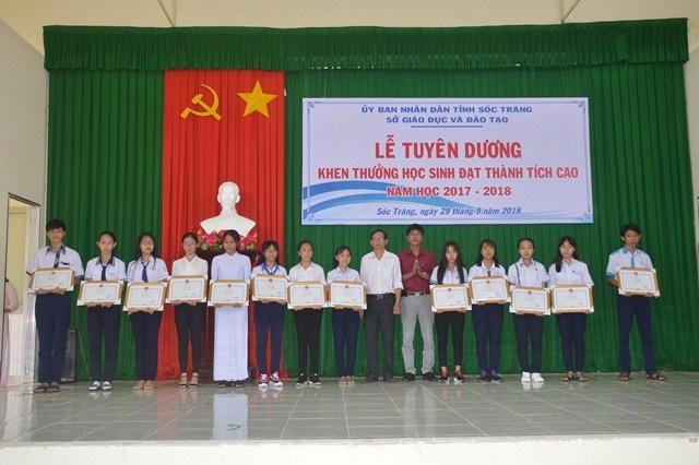 Khen thưởng cho các học sinh đạt thành tích cao.
