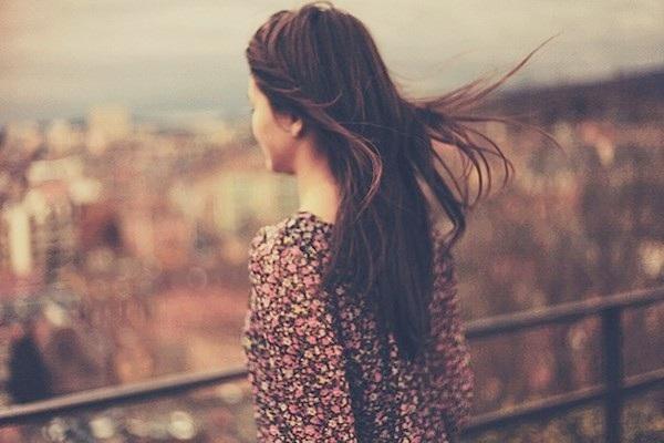 Dù không nói yêu em nhưng em biết anh vẫn chưa quên em... (ảnh minh họa)
