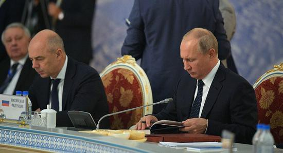 Tổng thống Putin say sưa đọc thơ (Ảnh: JQKNews)