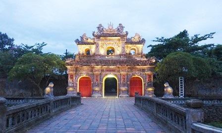 Cửa Hiển Nhơn nằm ở phía đông của Hoàng Thành