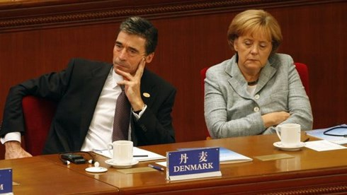 Thủ tướng Đức Angela Merkel cũng chợp mắt trong buổi khai mạc Cuộc họp Á- Âu thứ 7 tại Bắc Kinh, 2008.Ảnh GETTY IMAGES.