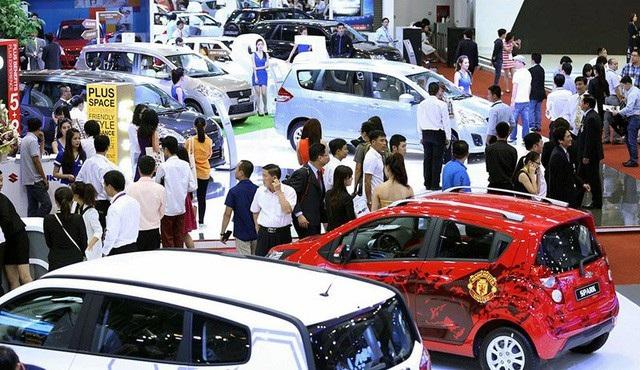 Nghi vấn hãng và đại lý găm hàng để khiến giá xe không giảm và người tiêu dùng bỏ thêm tiền để nhận xe