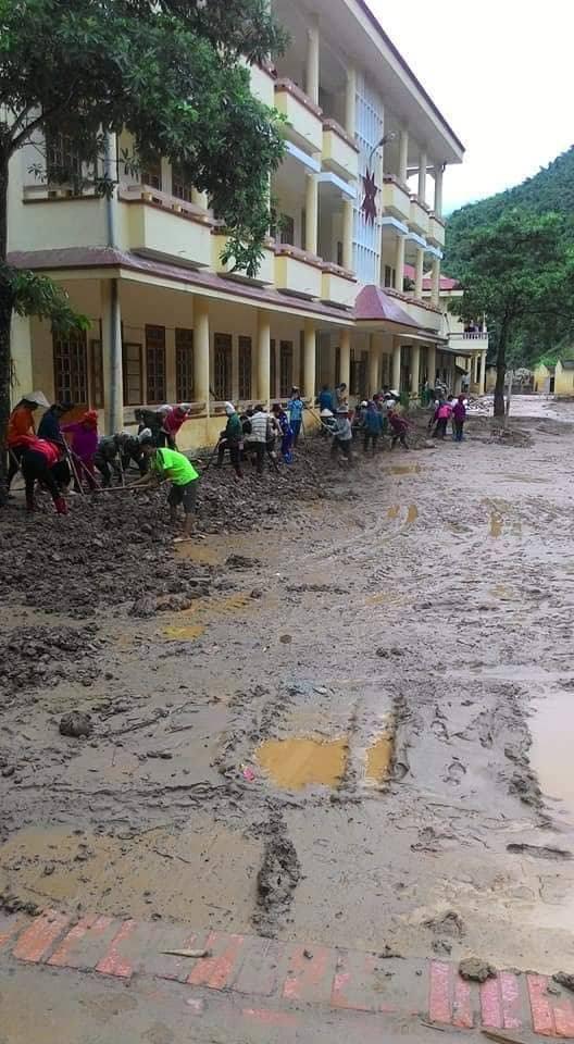 Sân trường Trường PTDTBT THCS Nà Ớt vẫn đang ngập ngụa trong bùn đất, nên học sinh của trường phải khai giảng nhờ ở nhà văn hóa của xã vào ngày mai (5/9)
