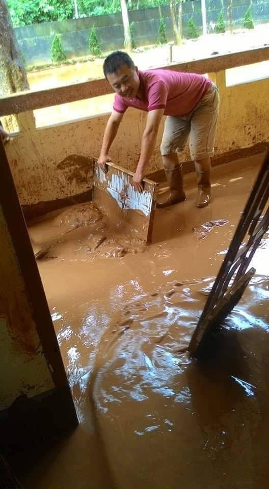 Thầy Phạm Hoàng Thái đang đẩy hàng trăm mét khối bùn ở phía hành lang