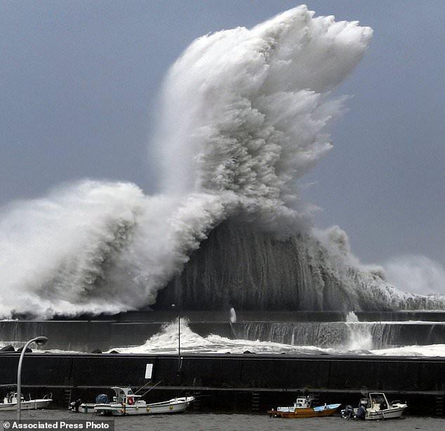 Cơ quan quản lý thiên tai Nhật Bản cho biết đã đưa ra khuyến cáo sơ tán đối với hơn 1 triệu người ngay khi mưa và gió bắt đầu mạnh lên. (Ảnh: AP)