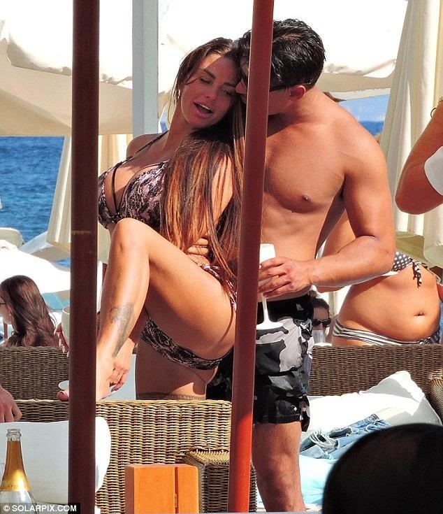Katie Price, 40 tuổi, hạnh phúc bên người tình mới, Alex Adderson. 25 tuổi tại Mallorca.