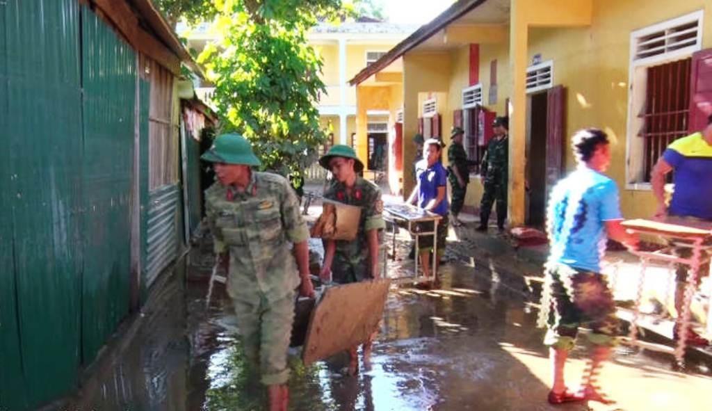 300 cán bộ, chiến sỹ ra quân giúp dân khắc phục bão lụt