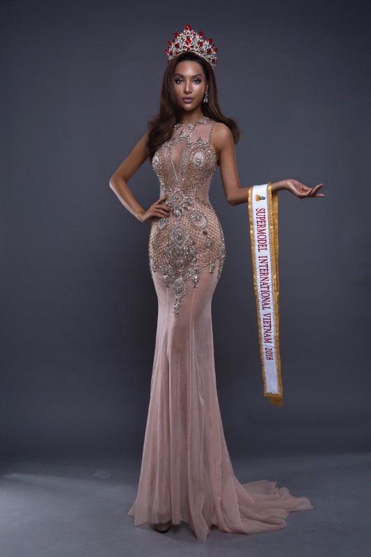 """Chính vì vậy, dù thời gian ngắn nhưng Khả Trang đang được hậu thuẫn một cách tốt nhất. Chúng tôi đã có 14 năm kinh nghiệm để lo cho các thí sinh đi thi, trong đó nhiều thí sinh tham dự các cuộc thi Quốc tế. Chúng tôi cũng từng đưa hai đại diện Việt Nam đầu tiên đăng quang ngôi vị cao nhất trong các cuộc thi Quốc tế là Miss Globe 2017 Khánh Ngân và Manhunt 2017 Trương Ngọc Tình, thì khoảng thời gian chuẩn bị cho Khả Trang tuy gấp nhưng đủ để chúng tôi chu toàn mọi việc"""", anh nói."""