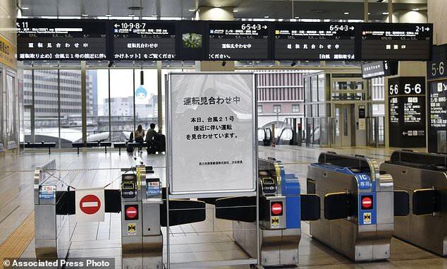 Theo NHK, hơn 700 chuyến bay cùng hàng loạt chuyến phà và tàu điện đều bị hủy để đề phòng bão. (Ảnh: AP)