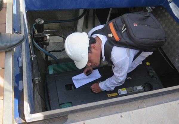 Đăng kiểm viên kiểm tra phần máy phương tiện thủy