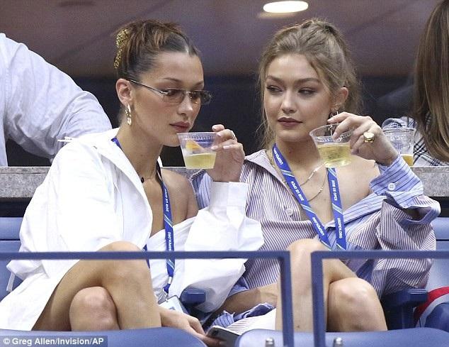 Hai siêu mẫu Gigi và Bella Hadid sành điệu đi xem trận tennis giữa 2 cây vợt Serena Williams và Karolina Pliskova diễn ngày 4/9 vừa qua