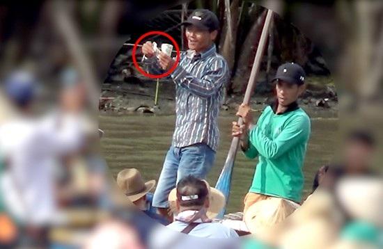 Những người chèo thúng biểu diễn rồi xin tiền du khách ở rừng dừa Bảy Mẫu