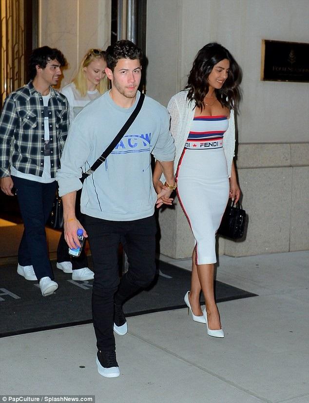 Cùng đi với Priyanka Chopra - Nick Jonas còn có anh trai của Nick - Joe Jonas và bạn gái Sophie Turner