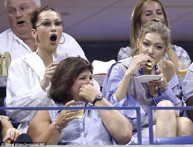 Hai cô gái hào hứng cổ vũ cho Serena Williams - người giành chiến thắng chung cuộc