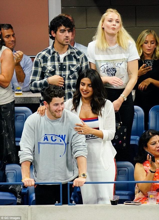 Priyanka Chopra và Nick Jonas vừa tổ chức buổi tiệc mừng đính hôn ở Ấn Độ hồi tháng trước