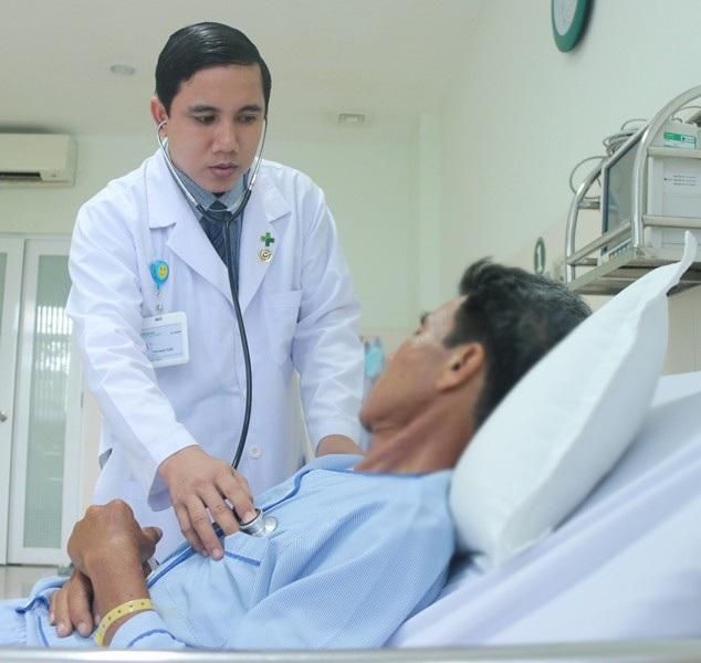 Bác sĩ đang thăm khám lại cho bệnh nhân G.