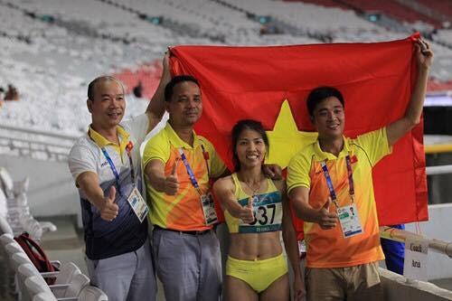 Bùi Thị Thu Thảo chia sẻ niềm hạnh phúc với ban huấn luyện khi xuất sắc giành HCV về cho Việt Nam. Nguồn: Thanh Niên