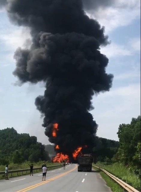 Hiện trường vụ tai nạn, chiếc xe bồn chở dầu bốc cháy dữ dội, cột khói cao hàng trăm mét (Ảnh: cắt từ clip).