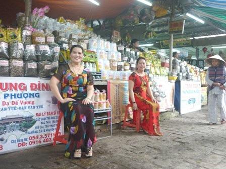 Các nữ tiểu thương chợ cổ Đông Ba - Huế mặc áo dài thân thiện trong Festival Huế 2012
