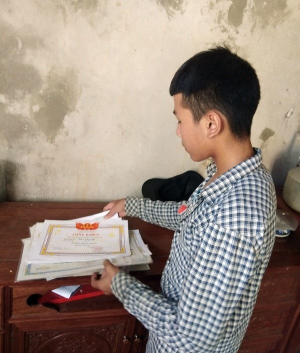 Duy và em trai của mình là hai học sinh khá, giỏi, chăm ngoan của Trường THCS Nguyễn Hữu Thái. Đó là lí do dù đang quá suy sụp vì mất đi bố mẹ, Duy vẫn làm bài tốt trong kỳ thi
